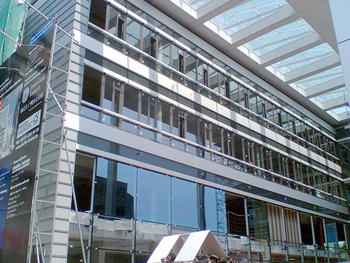 Bauvorhaben: Geschäftshaus Mainz am Brandt 41 Montage des Glasdaches mit Stahlunterkonstruktion Montage der kompletten Blechfassade